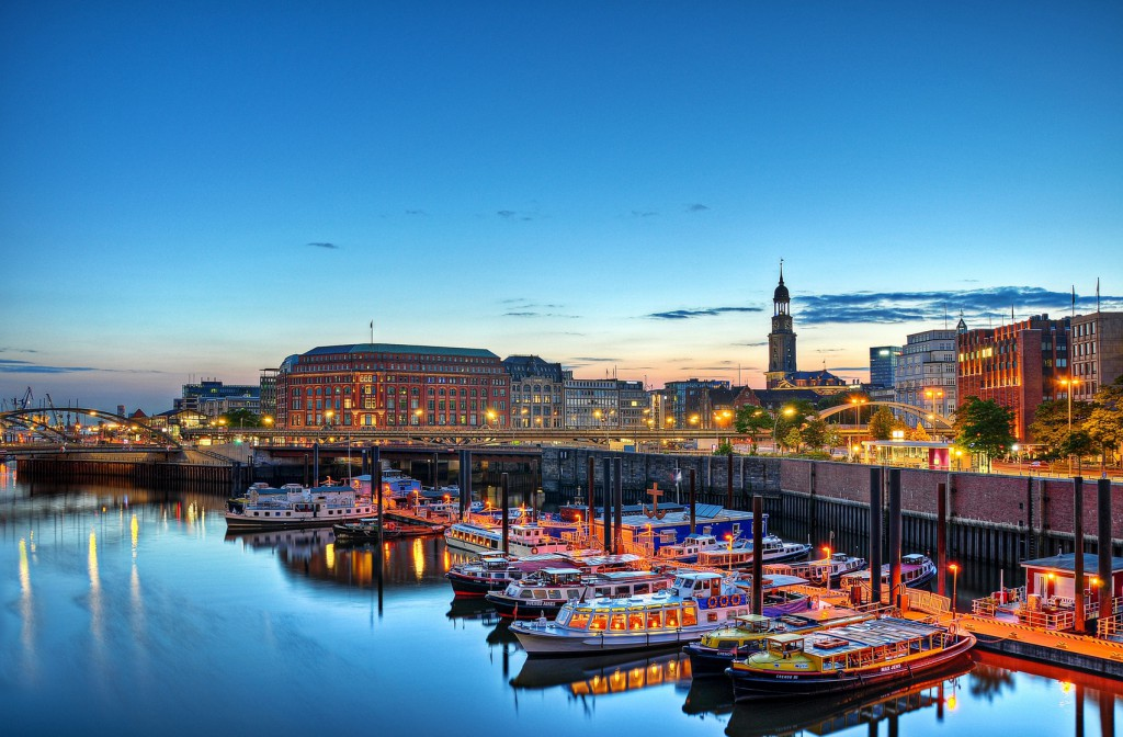 Hamburg Barkassen blauer Himmel