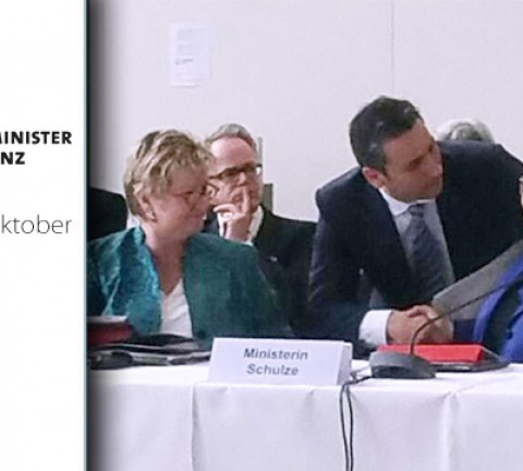 Cahit Başar im Gespräch mit NRW Schulministerin Sylvia Löhrmann und NRW Wissenschaftsministerin Svenja Schulze auf der Kultusministerkonferenz in Bremen