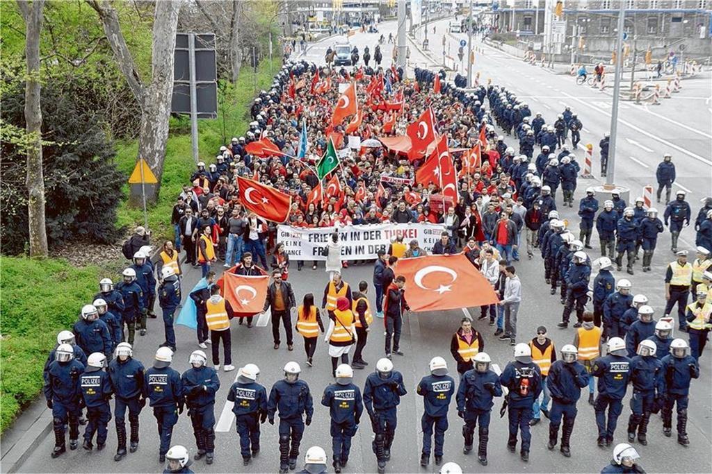 Polizisten kesseln in Stuttgart eine türkische Demonstrationsgruppe ein. Bei der Kundgebung kam es dann zu Auseinandersetzungen. Foto: dpa