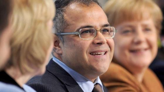 Ali Toprak, Vorsitzender der Kurdischen Gemeinde Deutschland warnt vor rechtsradikalen Türken in Deutschland. Dieses Bild zeigt ihn neben Kanzlerin Angela Merkel beim 5. Integrationsgipfel im Kanzleramt in Berlin 2012 Foto: dpa Picture-Alliance