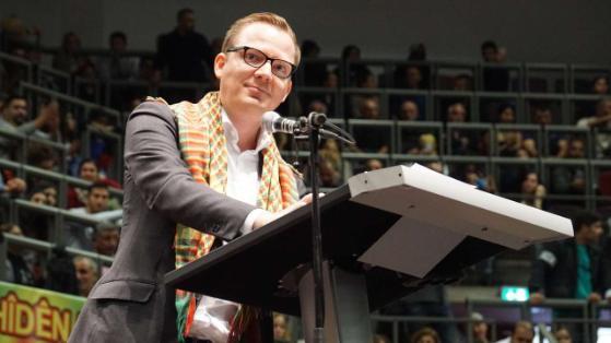 FDP-Politiker Tobias Huch auf einer pro-kurdischen Veranstaltung in Ludwigsburg. Huch bezeichnet die Reaktion der Drogeriekette als erbärmlich Foto: SDMG