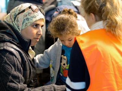 Erstversorgung von Flüchtlingen am Hauptbahnhof in München. Ab Dezember schafft der Bund 10 000 zusätzliche Plätze im Bundesfreiwilligendienst mit Flüchtlingsbezug. Foto: Sven Hoppe/Archiv