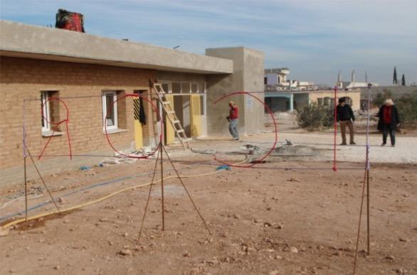 Bild: Das Gesundheitszentrum in Kobanê kurz vor der Fertigstellung. Die medizinische Ausstattung gewährt guten Standard. Entsprechend den Prinzipien des ökologischen Aufbaus wurde es mit Lehmziegeln errichtet und soll über batteriegepufferte Photovoltaik mit Strom versorgt werden. Foto: W.Mast