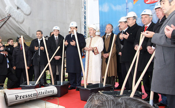 Foto: Während der Grundsteinlegung: DİTİB-Zentralmoschee Köln -quelle: Wiki