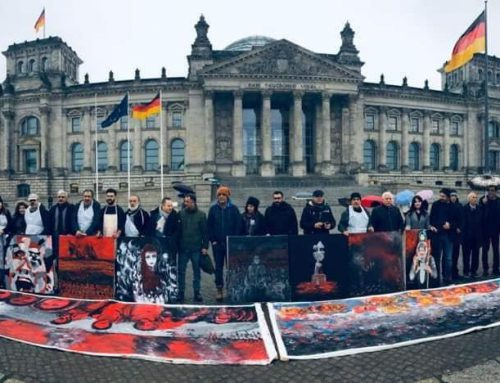 Kurdische Künstler/innen malten vor dem Reichstag für Rojava