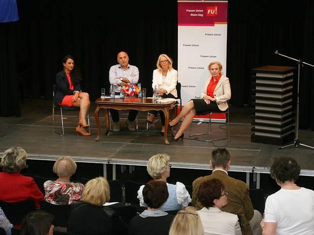 Auf dem Podium: Hildegard Schneider (2. v. r.) leitete die Diskussion mit Jinda Ataman, Hidir Celli und Daniela Topp-Burghart (v. l.). Foto: Paul Kieras