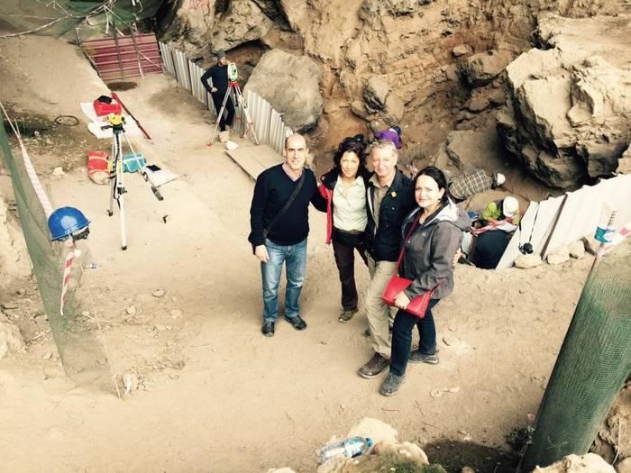 Auf den Spuren der Neandertaler (von links): Mehmet Tanriverdi, Marita Bungarten, Martin Bergmann und Drosia Tanriverdi. Foto: red